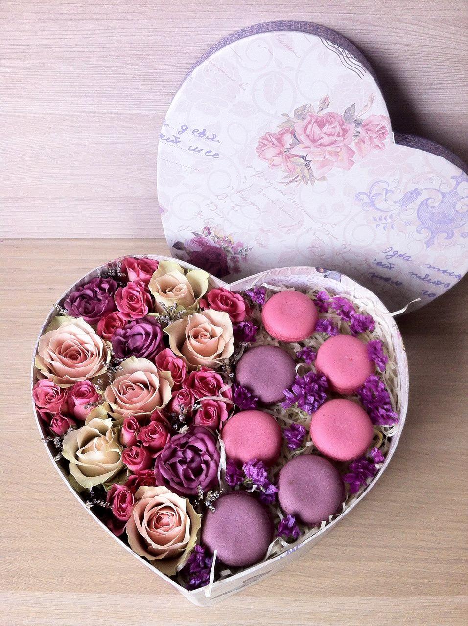 Розы и макаруны в коробке в виде сердца