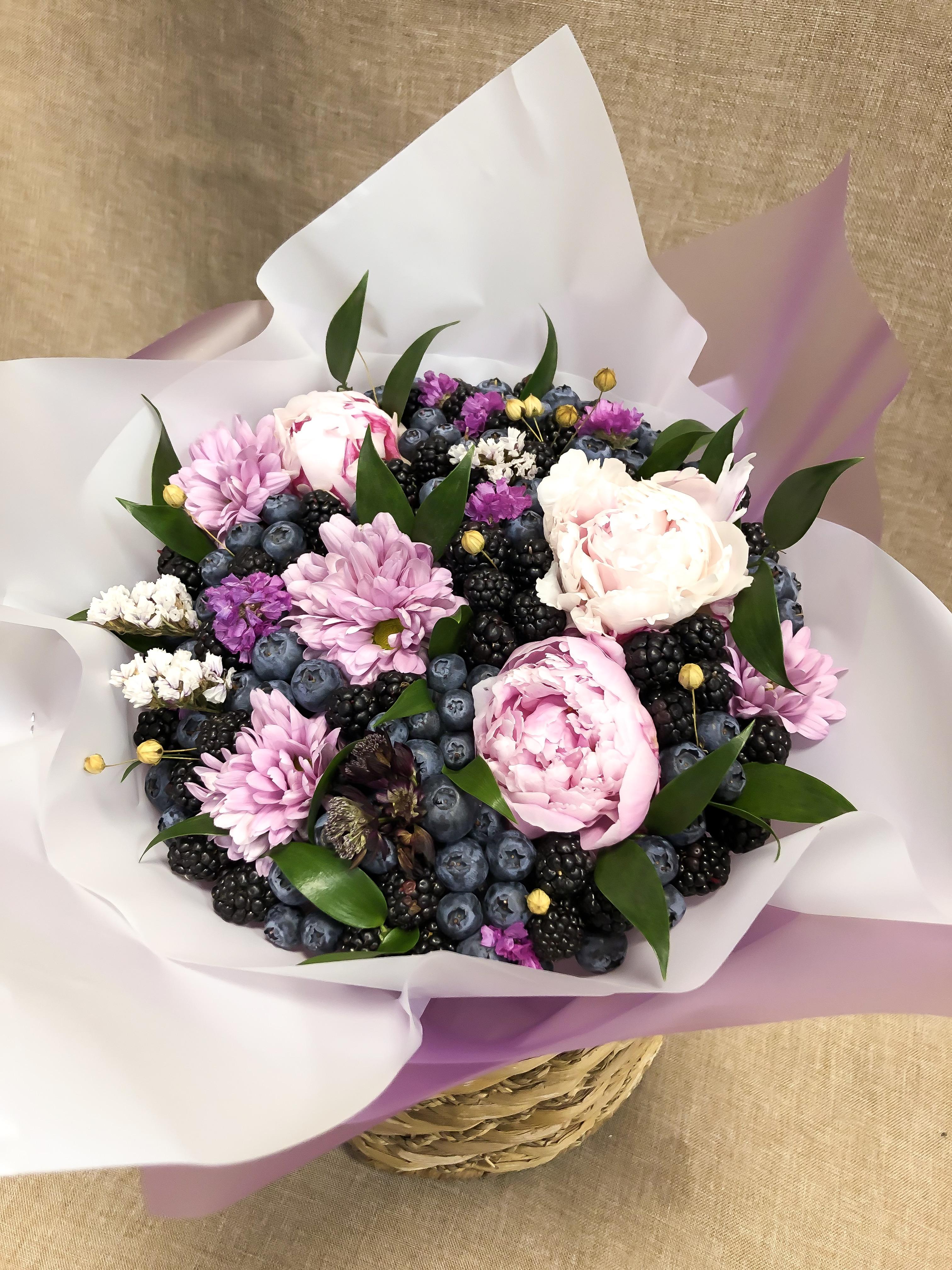 Букетс ежевикой, голубикой и цветами
