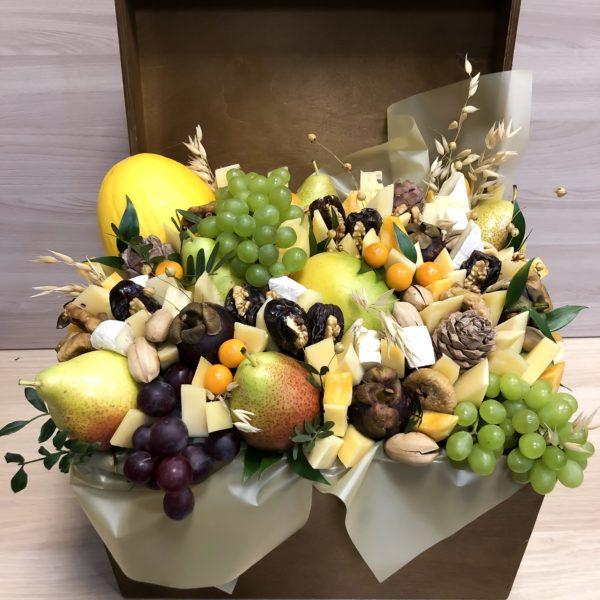 Сундук с дыней, виноградом,сыром и сухофруктами