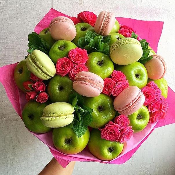 Букет с яблоками, макарунами и цветами