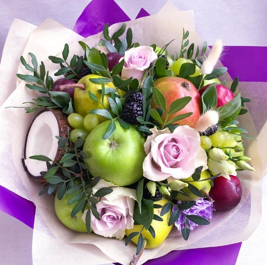 Букет с кокосом, фруктами и цветами