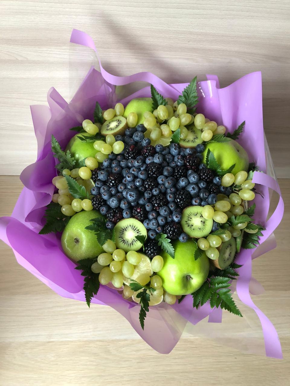 Фруктовый букет с яблоками, киви и виноградом