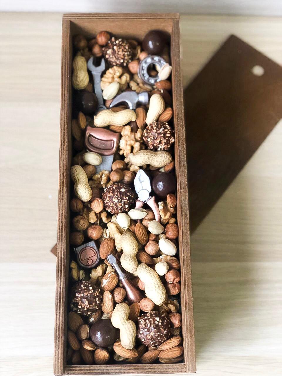 Подарочный набор из шоколадных инструментов и орехов