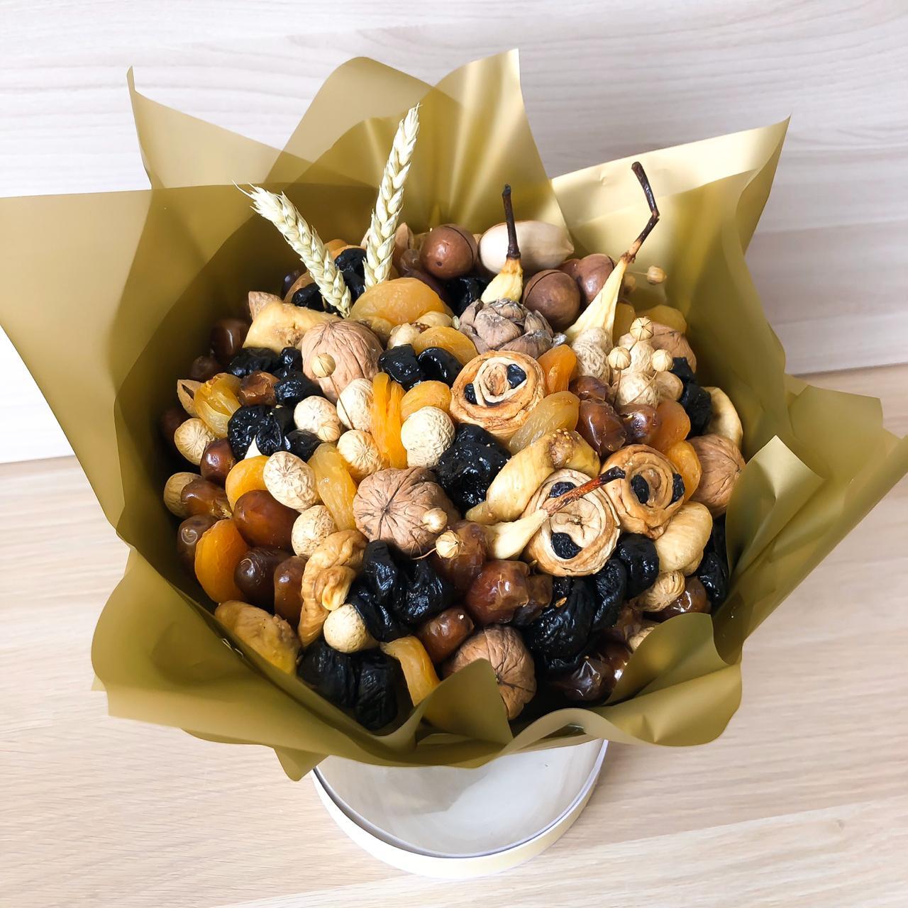 Букет из сухофруктов, орехов и сушеной дыни
