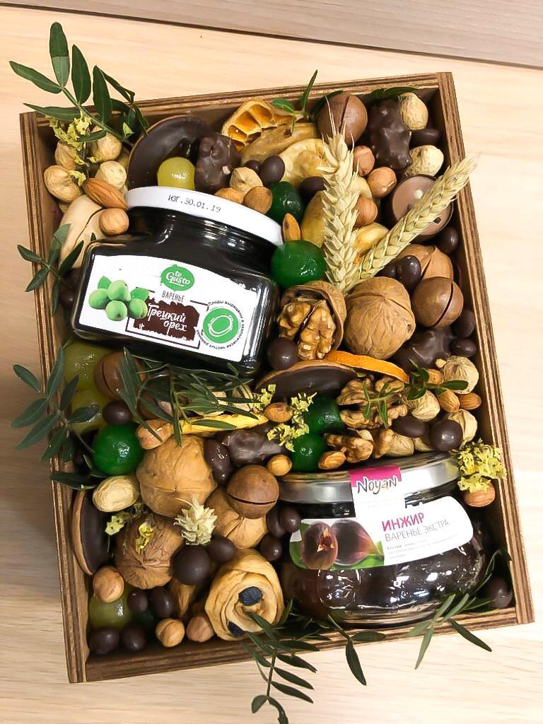 Подарочный набор из варенья и орехов