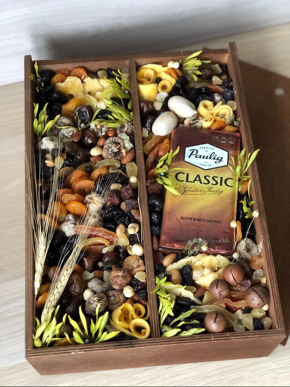 Подарочный набор с кофе, сухофруктами и орехами