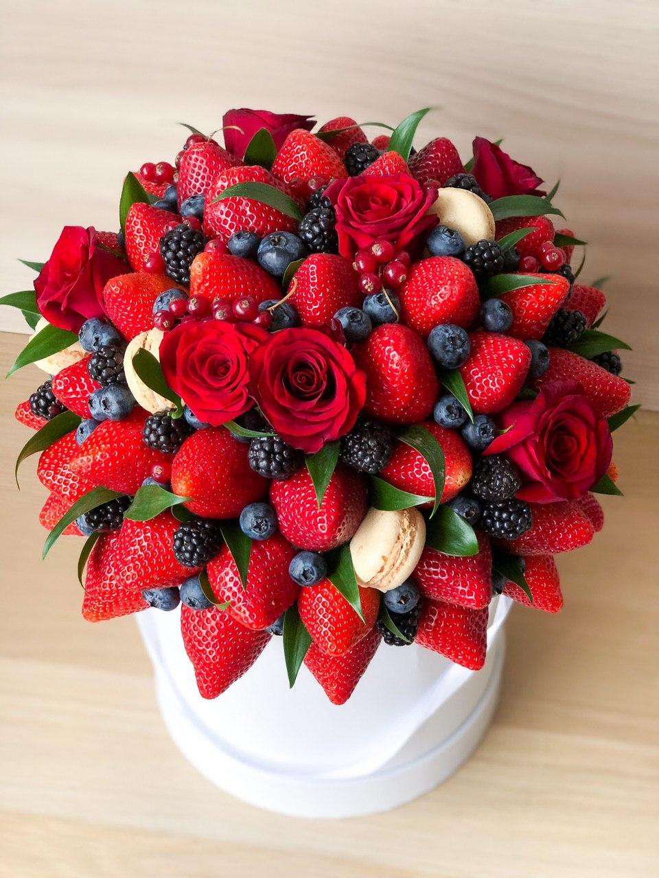 Ягодная коробка с розами и макарунами