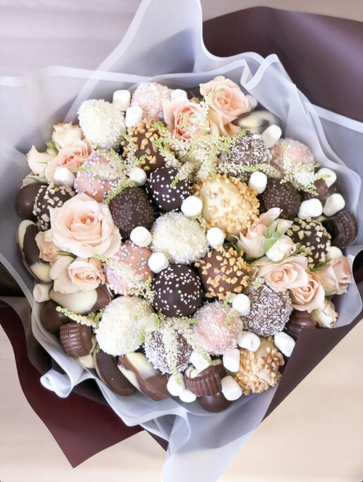 Клубника в шоколаде с цветами и конфетами