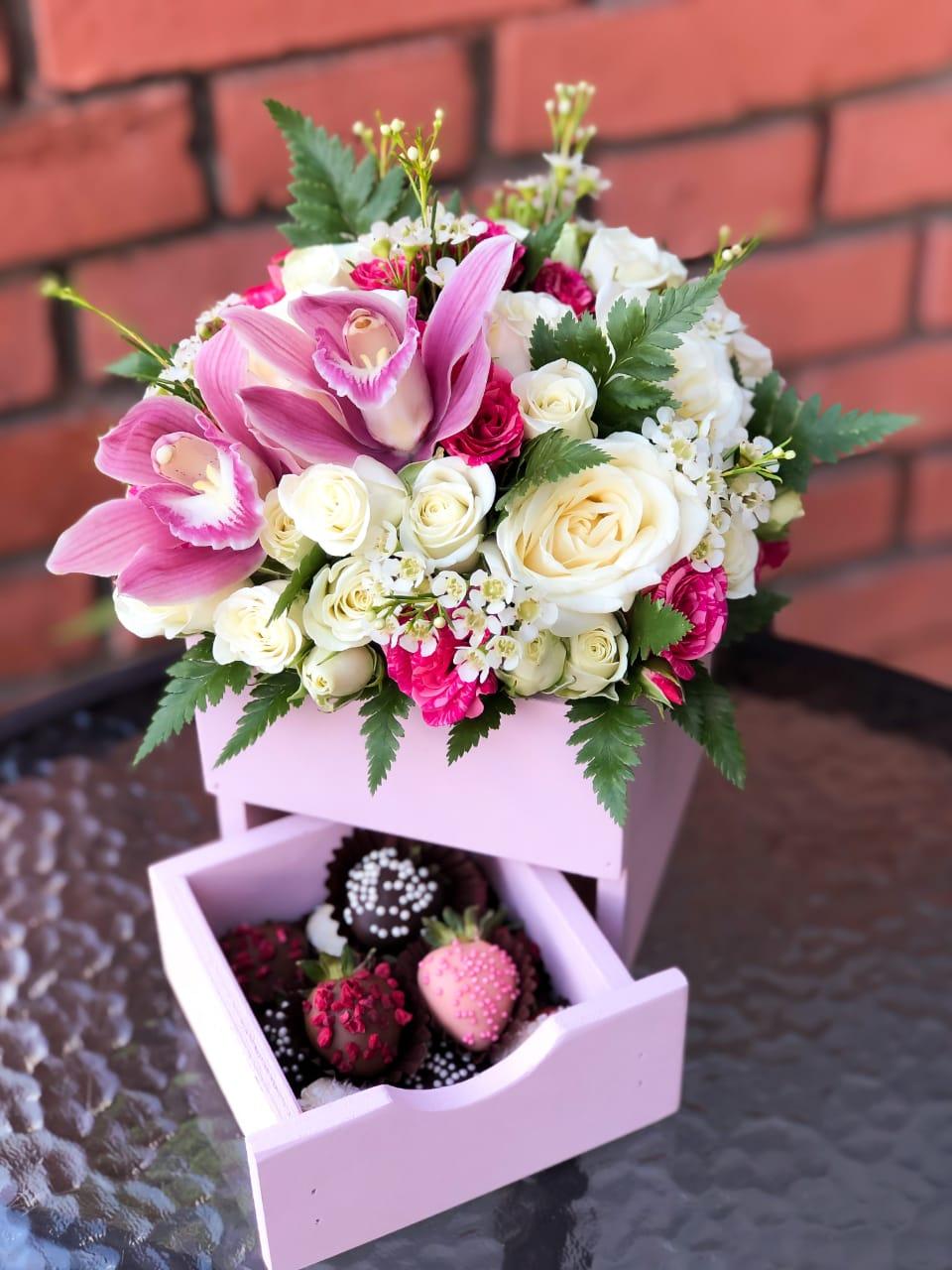 Деревянный комод с цветами и клубникой в шоколаде