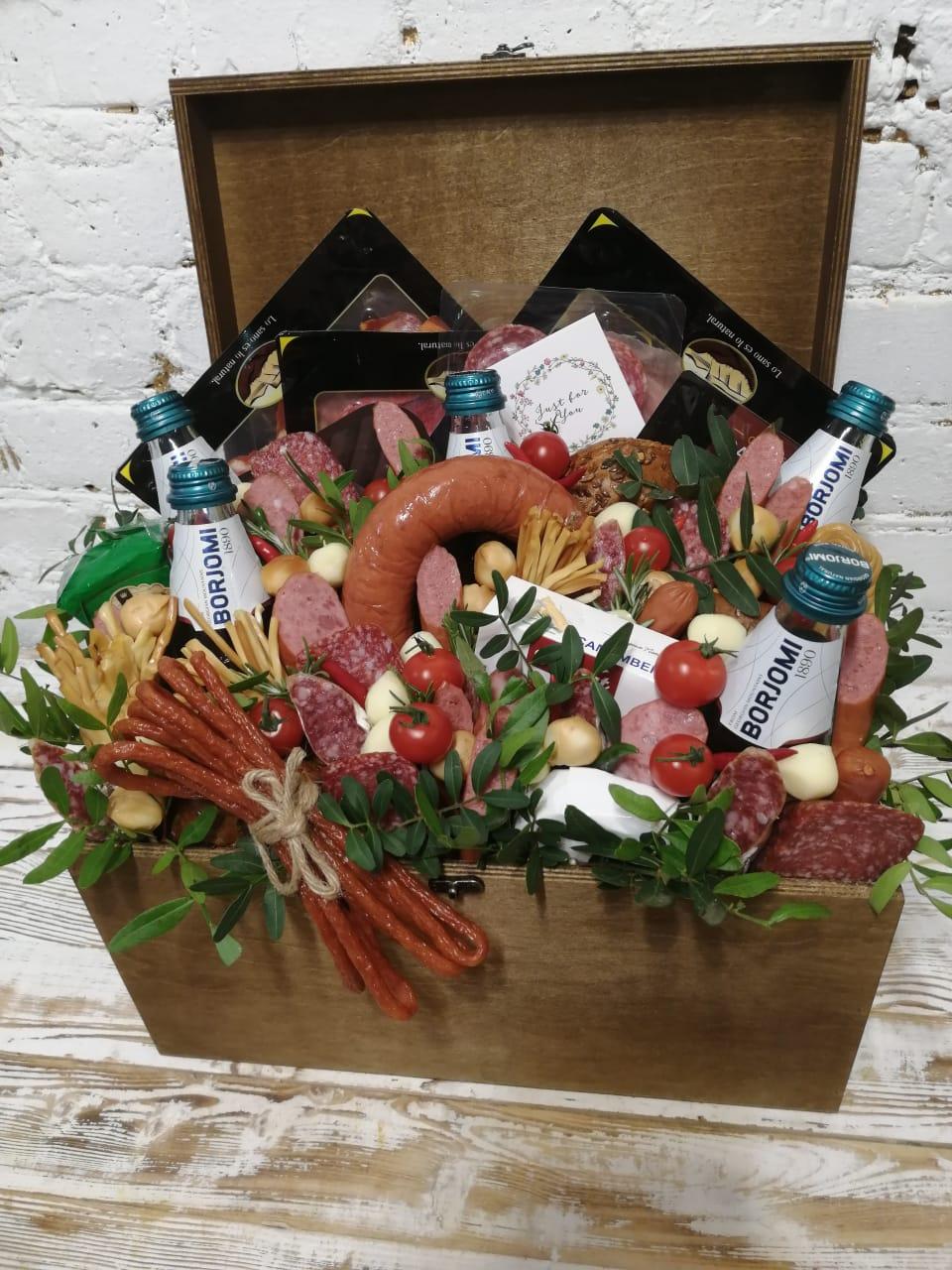 Подарочный сундук с колбасами, сырами и другими закусками